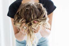 Aliments, soins et astuces : des conseils d'expert pour faire pousser ses cheveux plus vite.