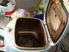Als de binnenpan leeg is, overige vet een beetje wegvegen met keukenrol, dan de pan vullen met gekookt water, een vaatwastablet erin, op de buitenkant zit ook altijd vet, en dat spuit je met een oven-/magnetronreiniger in, een nachtje weken, 's ochtends de buitenkant afspoelen, de binnen pan met een schuursponsje navegen, en schoon is de pan weer...