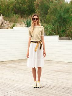 A checkered top, a white skirt a ribbon as belt: and it's already summer.