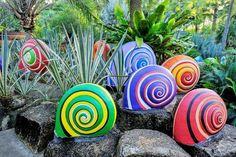 idée de génie jardin original et idées déco DIY : pierres transformées en escargots multicolores
