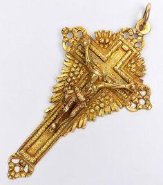 Bahia séc.XIX - Raro crucifixo de ouro amarelo de baixo teor, com Cristo em posição de crucificação.