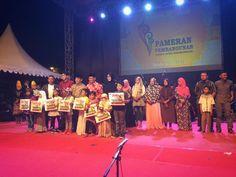 Para juara aneka lomba Piasan Seni dan Pameran Pembangunan telah diumumkan dan langsung dibagikan hadiahnya di Panggung Utama. Terlihat Ibu Walikota bersama para Juara.    #bandaaceh #piasanseni #berkaryauntuknegeri #piasanseni2016 #piasansenibandaaceh2016 #piasansenibna #pameranpembangunan  #bustanussalatin #bandaacehmasadepan #aceh #piasansenibna2016 #bandaacehmembangun - Piasan Seni Banda Aceh 2016 http://bit.ly/1ifHj8G Get more on Piasan Seni Facebook FanPage http://bit.ly/2dJSwxi…