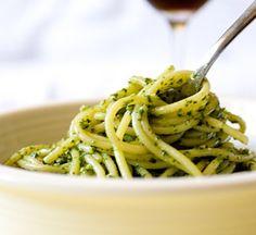 Um receita simples de fazer é macarrão com molho pesto. | Estas receitas vegetarianas são maravilhosas para viciados em macarrão