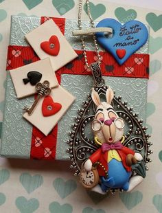 Polymer Clay Alice in Wonderland Rabbit Pendant Fimo Disney, Polymer Clay Disney, Polymer Clay Kunst, Polymer Clay Figures, Cute Polymer Clay, Polymer Clay Animals, Fimo Clay, Polymer Clay Projects, Polymer Clay Charms