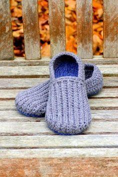 House+Slippers+Patterns+for+Free crochet pattern men's house slippers pattern ༺✿ƬⱤღ✿༻ Crochet Boots, Knit Or Crochet, Crochet Crafts, Crochet Clothes, Crochet Baby, Crochet Projects, Free Crochet, Crochet House, Crochet Tutorials