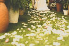 Caminho de pétalas e vasos de flores e folhagens na passarela da cerimônia na Pousada Villas de Trancoso. Decoração por Katia Criscuolo. Foto: Rodrigo Zapico.