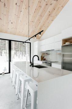 Scandinavian Cottage, Scandinavian Interior Design, Modern Kitchen Design, Modern House Design, Plan Chalet, White Cabin, Modern Lake House, New Home Designs, Building A House