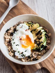 Aus dem sonst süßen Frühstück wird Abendessen mit diesem deftigen Haferbrei mit Avocado, pochiertem Ei, gerösteten Algen und Chiliflocken.