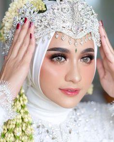 We love all the details from this Sundanese bride look! Kebaya Wedding, Muslimah Wedding Dress, Muslim Wedding Dresses, Wedding Bride, Wedding Day, Bridal Makeup, Wedding Makeup, Wedding Beauty, Dream Wedding