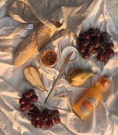 Ideas for a picnic. Picnic on the beach. Picnic date. Food N, Good Food, Food And Drink, Yummy Food, Cafe Food, Picnic Date, Summer Picnic, Beach Picnic, Summer Fall