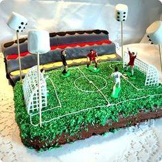 Für Deinen Kindergeburtstag mit Motto Fussball haben wir eine tolle Idee: Gestalte doch mal einen Kuchen als Stadion nach. Wie das geht zeigen wir Dir auf blog.balloonas.com #kindergeburtstag #balloonas #fussball #backen
