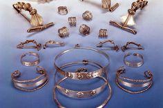 Bangles, Bracelets, Charmed, Gold, Jewelry, Fashion, Jewellery Making, Moda, Jewels