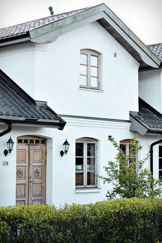 Färgkombinationen New York Brownstone, Modern Farmhouse Exterior, Outdoor Wall Lighting, Scandinavian Home, House Goals, Red Roof, Exterior Design, Beautiful Homes, Building A House