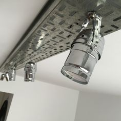 Barra de luces Cinema - Comprar en VINT Market Ceiling Light Design, Lighting Design, Ceiling Lights, Industrial Interiors, Industrial Style, Conduit Lighting, Cable Tray, Electrical Wiring, Loft Style