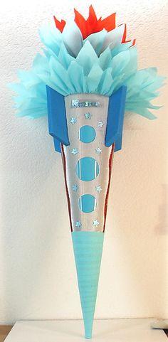"""*Schultüte / Zuckertüte """"_RAKETE_"""" ist aus  3D-Wellpappe gefertigt, ist hellblau und silber, und ist ca. 78cm hoch. Der oberer Teil ist aus  zwei ..."""