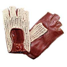 Gants de conduite « doigts coupés » pour les dames en cuir d'agneau non doublés et dessus tissé 100% coton de la marque Glove Story. Voici une version dérivée et ultra chic de la mitaine de conduite.
