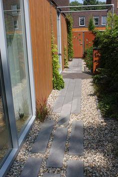 Smal pad aan de zijkant van het huis aantrekkelijk vorm gegeven. Aan het einde poort van cortenstaal. Narrow Garden, Sidewalk, Side Walkway, Walkway, Walkways, Pavement
