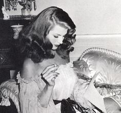 Pictures of Rita Hayworth (Rita Carmen Cansino). Actress in Hollywood Movies from 1935 through Ten years ago I thought I had so many pictures of Rita there must not be any more - but I keep finding more and more - constantly! I want to share. Vintage Hollywood, Old Hollywood Glamour, Golden Age Of Hollywood, Classic Hollywood, Hollywood Fashion, 1940s Fashion, Hollywood Glamour Photography, Hollywood Divas, Old Hollywood Stars