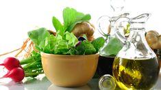Verwöhnen Sie sich oder Ihre Lieben doch einmal mit etwas Ungewöhnlichem: einem gebratenen Salat mit Kürbiskernöl-Mayonnaise. Bayern 1-Sternekoch Alexander Herrmann verrät das Rezept.