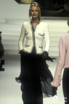 Karen Mulder for Chanel, 1994 Chanel Runway, Chanel Couture, Top Models, Modest Dresses, Nice Dresses, Fashion Over, High Fashion, Estilo Coco Chanel, Karl Otto