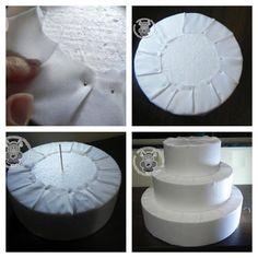como fazer bolo fake de tecido. coloque o tecido relacionado ao tema da festa/decoração.