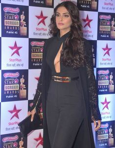 Sonam Flaunts it at Star Screen Awards 2016