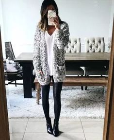 How to Look Chic in the Most Comfortable Way Possible - Comfy Outfits Holiday Outfits, Fall Winter Outfits, Autumn Winter Fashion, Comfy Fall Outfits, Winter Style, Sweaters And Leggings, Tops For Leggings, Leggings Store, Printed Leggings