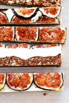 Easy vegan paleo fig and honey cheesecake with a delicious crisp graham cracker … - Vegan Cheesecake Recipes Cheesecake Sans Lactose, Dairy Free Cheesecake, Baked Cheesecake Recipe, Cashew Cheesecake, Vegan Recipes Videos, Vegan Recipes Easy, Fig Recipes, Paleo Meals, Paleo Dessert
