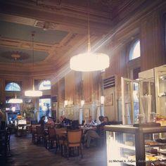 Das Cafe Westend, gleich an der Ecke der Inneren Mariahilferstraße, schräg gegenüber vom Westbahnhof. Eine wunderbare Einrichtung, die auch unsere Weiterempfehlung erhält. Restaurants, Chandelier, Ceiling Lights, Lighting, Tips, Travel, Home Decor, Homemade Home Decor, Candelabra