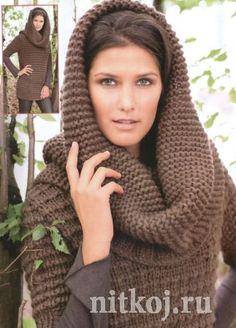 Длинный вязаный пуловер и шарф-капюшон