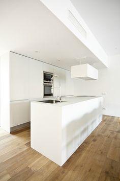 mooie witte keuken op dito houten vloer