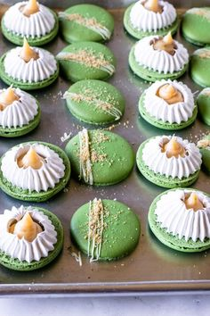 Key Lime Pie macarons filled with key lime pie filling and toasted marshmallow, topped with graham cracker crumbs! Plus tons of macaron recipes and ideas. Macaron Filling, Macaron Flavors, Macaron Recipe, Baking Recipes, Cookie Recipes, Dessert Recipes, Just Desserts, Delicious Desserts, Yummy Food