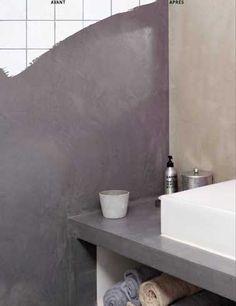 Béton ciré sur carrelage mural d'une salle de bain