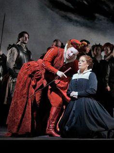 Sondra Radvanovsky stars as Mary, Queen of Scots in Sir David McVicar's stunning production. Her arch nemesis is Queen Elizabeth (Elza van den Heever - officiel) Photos by Ken Howard/Met Opera
