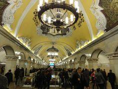 De stations van de Moskouse metro lijken wel een kunsthal: elk station is individueel vormgegeven, rijk en weelderig gedecoreerd.