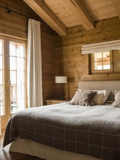 Each designer will confirm that lighting plays a key role in any interior. In this chalet designed by Marianne Teigen, natural light is so strong - all ✌Pufikhomes - source of home inspiration Chalet Design, Chalet Style, Ski Chalet, Mountain Bedroom, Chalet Interior, Cabin Interior Design, Interior Decorating, Decorating Ideas, Modern Mountain Home