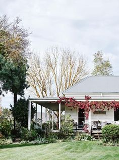 New farmhouse cottage exterior country 65 ideas Farmhouse Garden, Country Farmhouse, Farmhouse Decor, Country Chic Cottage, Farm Cottage, Cottage Style, Weatherboard House, Queenslander, Country Style Magazine
