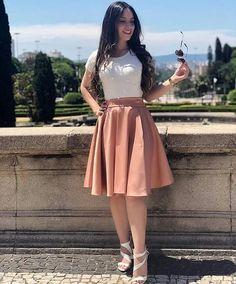 Mais um look maravilhoso para vocês! 🛍 - Saia Midi - Blusa Pérola Off Cute Church Outfits, Cute Skirt Outfits, Cute Skirts, Modest Outfits, Classy Outfits, Modest Fashion, Pretty Outfits, Dress Outfits, Girl Outfits