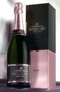 Presentato in una confezione prestigiosa, che sottolinea le note rosate della cuvée, lo Champagne Jacquart Rosé suggella in modo perfetto la ricorrenza della Festa della Mamma. A tavola, oltre che per il brindisi, è ideale accompagnamento di salmone, ostriche, piatti leggermente speziati, dessert a base di frutta.