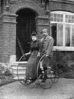 """Arthur Conan Doyle y su esposa en una bicicleta tándem a principios de 1892. (De """"Fotos de autores famosos y sus bicicletas"""" @ flavorwire.com)"""