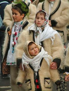 Kids in traditional Romanian costumes