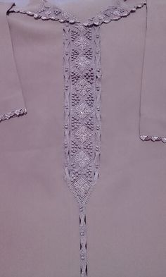 قفيطنات النخوة بثوب جوهرة و خياطة الراندة... موديلا رائعة و خفيفة للمناسبات السعيدة Floral Embroidery Patterns, Indian Designer Suits, Moroccan Caftan, Caftans, Abayas, My Style, Blouse, Model, Clothes