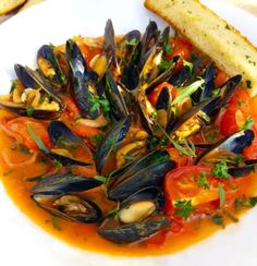 Mussels in a Garlic, White Wine & Tomato Sauce Mussels Recipe Tomato, Garlic Mussels, Mussels Marinara, Steamed Mussels, Mussels Seafood, Fish Recipes, Seafood Recipes, Appetizer Recipes, Cooking Recipes