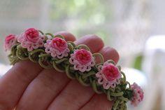 Bracelet fleuri en élastiques - tutoriel en vidéo : https://www.youtube.com/watch?v=CDxJZ43Ce9s
