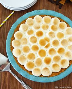 This Smores Chocolate Pie is a wonderful, addicting blend of graham cracker and chocolate, piled high with toasted marshmallows! An easy indoor s'mores recipe. Smores Pie, Smores Dessert, Smores Recipe, Just Desserts, Delicious Desserts, Dessert Recipes, Yummy Food, Easy Chocolate Pie, Yummy Treats