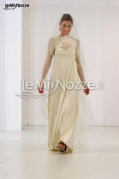 http://www.lemienozze.it/operatori-matrimonio/vestiti_da_sposa/atelier-sposa-verona/media  Abito da sposa con maniche lunghe e grande fiore sul petto