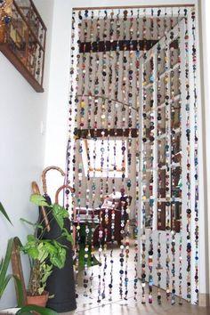 idée super: un rideau de porte multicolore en boutons