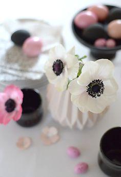 mit meiner idee unsere osterdeko dieses jahr ganz in schwarz-weiss mit einem hauch rosa zu gestalten, habe ich bisher nur häme und spott ge...