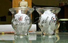 Calcos vitrificables personalizados a dos colores para souvenir de boda en vidrio, cocinados en nuestros hornos sobre piezas de nuestro taller.