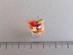 パフェグラスはアクリルから削り出す。フルーツは10種類。すいか、ブルーベリー、さくらんぼ、マンゴー、いちごオレンジ、キウイ、ラズベリー、パイナップル、メロン